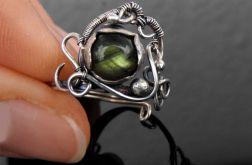 Pierścionek srebrny z zielonym labradorytem