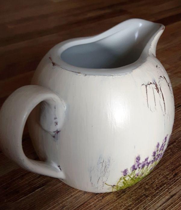 dzbanuszek śmietannik lawenda ecru - Ceramiczny dzbanuszek śmietannik z przykrywką, ręcznie malowany i ozdabiany w motyw lawendowej . Układ kwiatków na przedmiocie  jest niepowtarzalny, skomponowany z pojedynczych roślinek wydartych z cieniutkich bibułek, oraz całych małych sekwencji kwiatkó