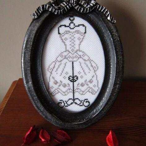 Ramka z haftem manekin