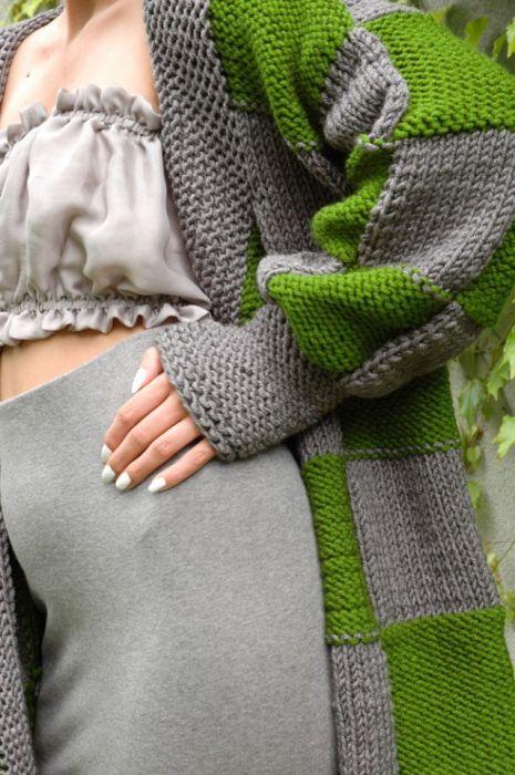 sweter w kwadraty szaro-zielone - zbliżenie na sweter