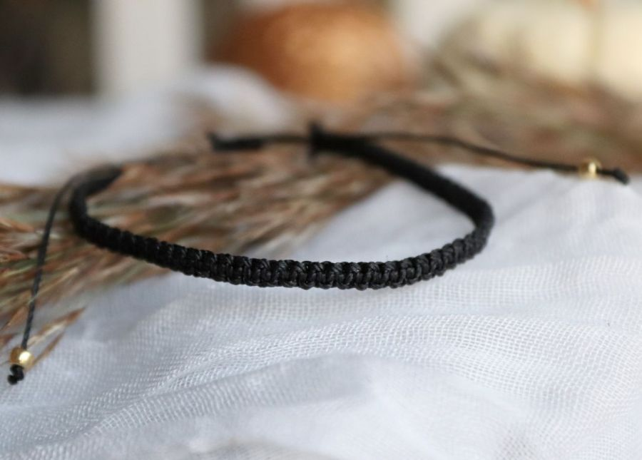 Czarna pleciona bransoletka na rękę