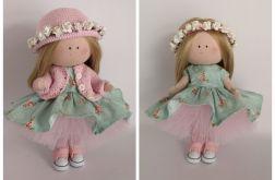 Lalka w różowym kapeluszu