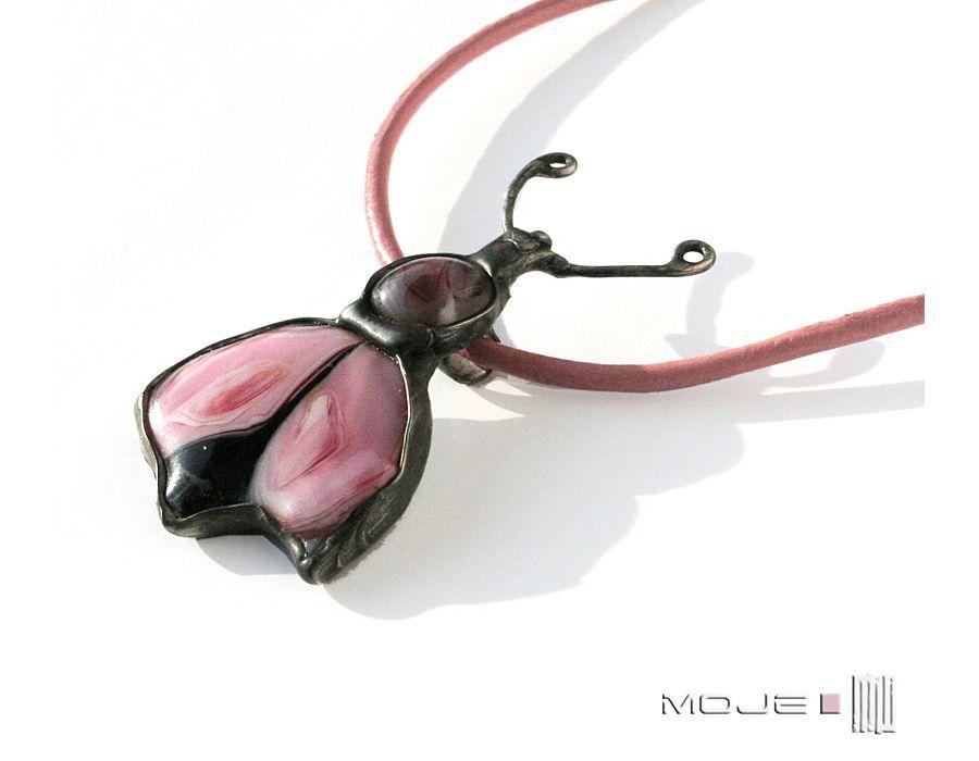 Różowy żuczek - żuk ze szkła