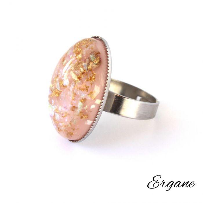 Pierścień z Blado-Różowym Oczkiem z Żywicy