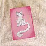Pudełko malowane małe-Kotek w jasnym różu - kotek biały