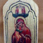 Mała ikona Maryi z dzieciątkiem na starej descze - zbliżenie na ikonę