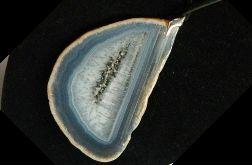 Kryształ z szarobłękitnym pasiastym agatem
