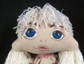 Lalka z błękitnymi oczami