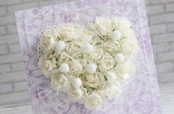 Ślubne białe róże w fiolecie