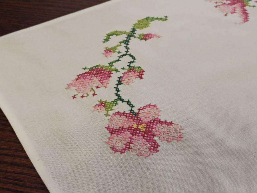 Obrus Magnolie, haft krzyżykowy