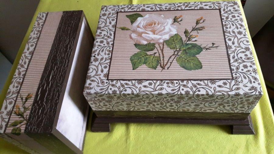 Duża Szkatułka RÓŻA dwupoziomowa - Duża drewniana szkatułka, na biżuterię, wnętrze szkatułki jest dwupoziomowe, podnoszona szufladka z przegódkami oraz dolna skrzynia bez przegródek na większe korale ...