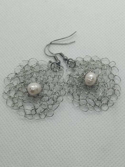 Kolczyki szydełkowe z naturalną perłą - Szydełkowe kolczyki z drutu miedzianego posrebrzanego z perłą