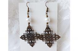 Kolczyki wiszące ze szklaną perłą i ozdobną zawieszką vintage