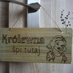 Drewniane tabliczki, zawieszki na drzwi itp.
