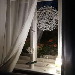 Biało beżowa ścienno okienna mandala