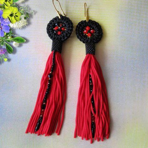 Kolczyki sutasz czarne z czerwonymi frędzlami
