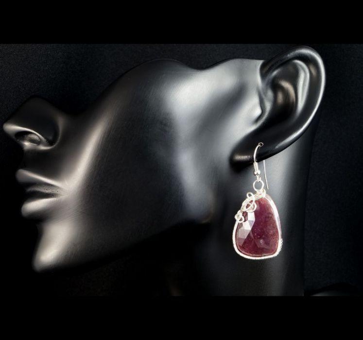 Rubin, Srebrne kolczyki z fasetowanym rubinem