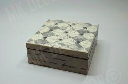 Drewniana szkatułka kwadratowa z NAPISAMI