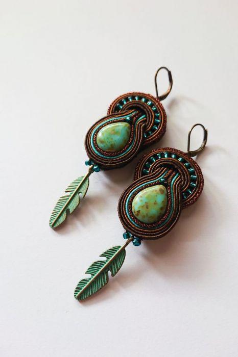 Brązowo-turkusowe kolczyki z piórkami