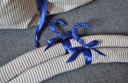 Granatowo-beżowy wieszak ubraniowy dla mężczyzny