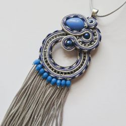 Szaro-niebieski wisior z chwostami