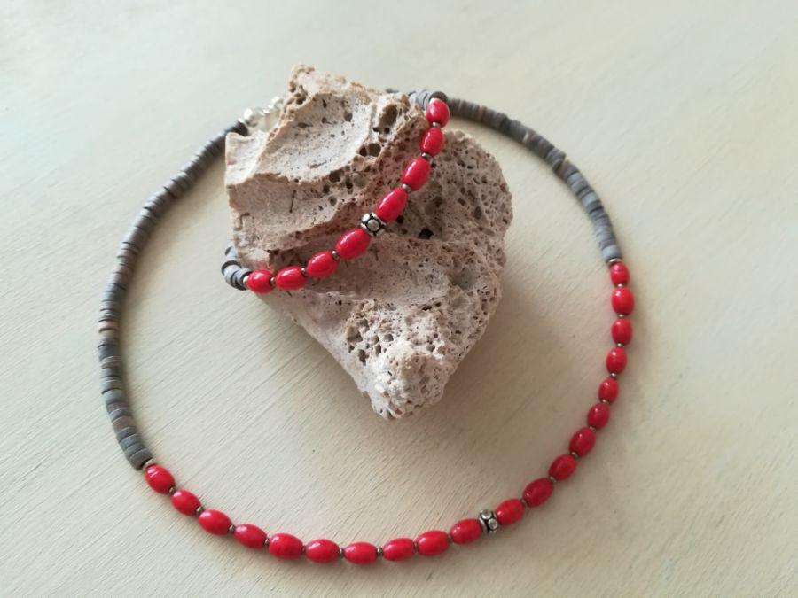 Naszyjnik i bransoletka -czerwień w szarości.