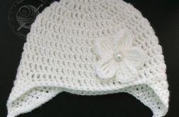 Biała czapka pilotka ze szklaną perełką