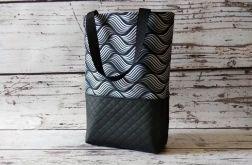 Czarna torebka w fale z pikowanej ekoskóry