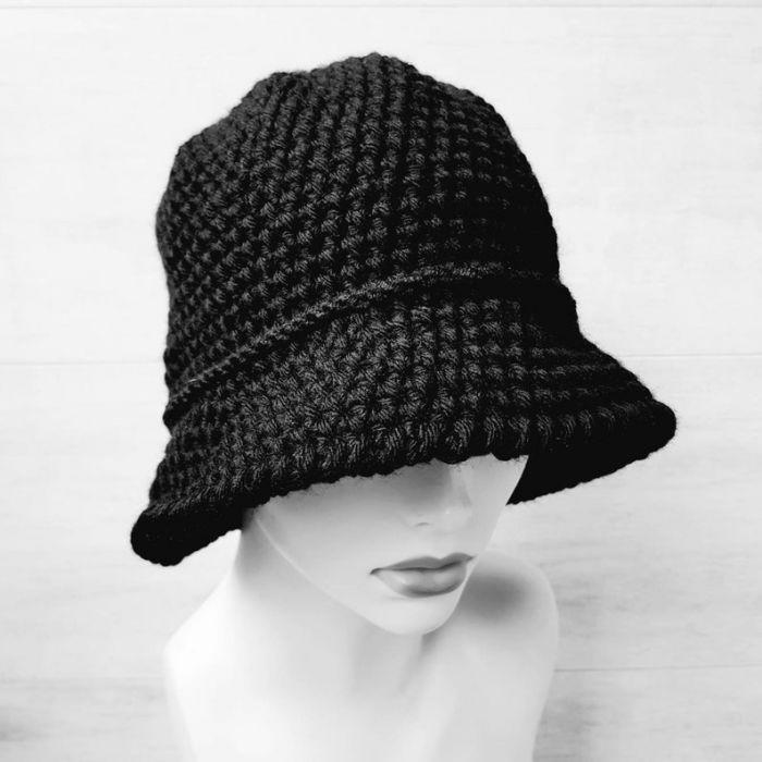 Czarny kapelusz w stylu art deco, robiony szydełkiem - kapelusz robiony szydełkiem