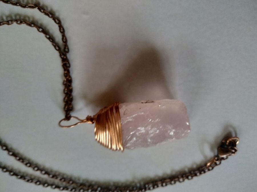 Wisiorek z różowego kwarcu i miedzi z łańsuszkiem - Wisiorek z łańcuszkiem