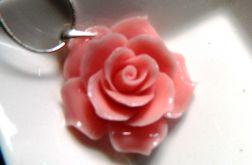 Różowa róża z korala, wisiorek na łańcuszku