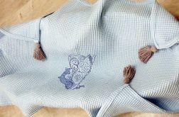 Wafelkowy kocyk z haftem i chwostami - sowy