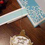 Kartka bożonarodzeniowa z zawieszką KH2012008 - Kartka świąteczna z bombką