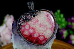 Skamielina koralu, miedziany wisior czerwień.