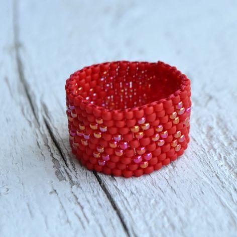 Pierścionek koralikowy czerwony