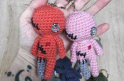 Różowa laleczka voodoo breloczek szydełkowy
