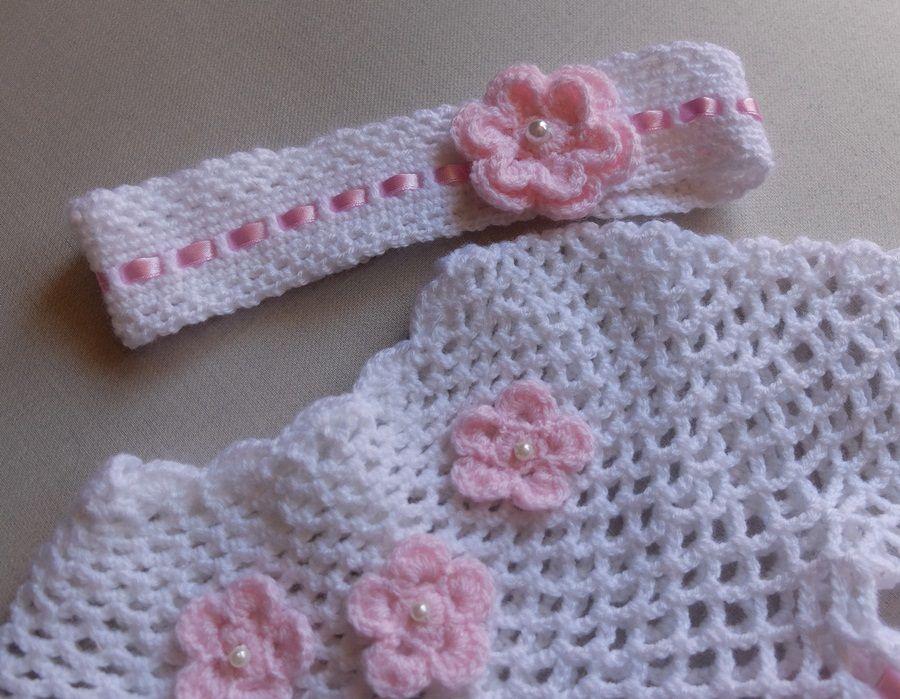 Komplet do chrztu z różowymi kwiatkami. -