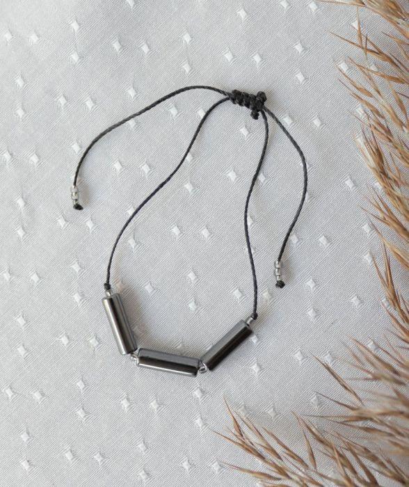 Bransoletka na czarnym sznureczku z hematytem - Szare wałeczki hematytu bransoletka
