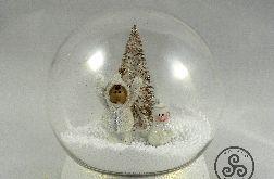 Kula z dziecko i bałwanek w śniegu