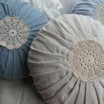 Poduszka z szydełkową rozetą błękitna