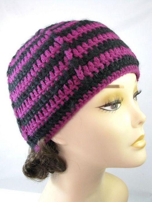 Czerń i fiolet - czapka i mitenki - z boku
