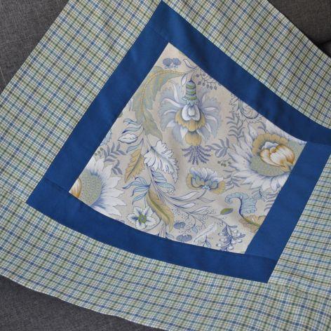 Kwadratowy obrus w niebieskie kwiaty 80x80 cm