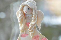 Anioł w kwiecistej sukience