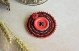 Sutaszowa broszka z czerwonym guzikiem