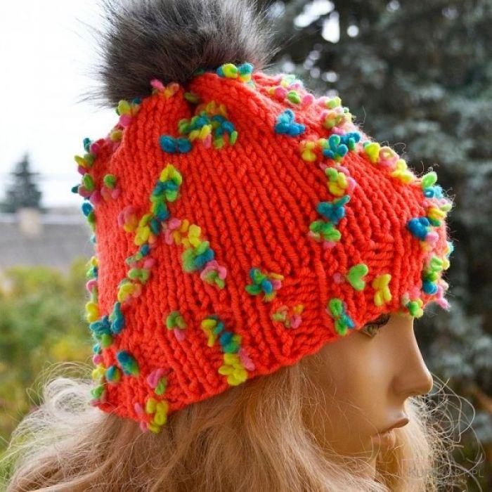 Pomarańczowa czapka z tęczowymi kwiatkami