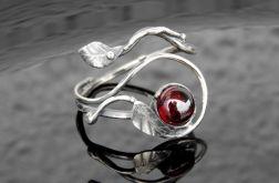 Pierścionek srebrny z granatem listki