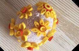 Quillingowa pisanka z żółtymi kwiatami