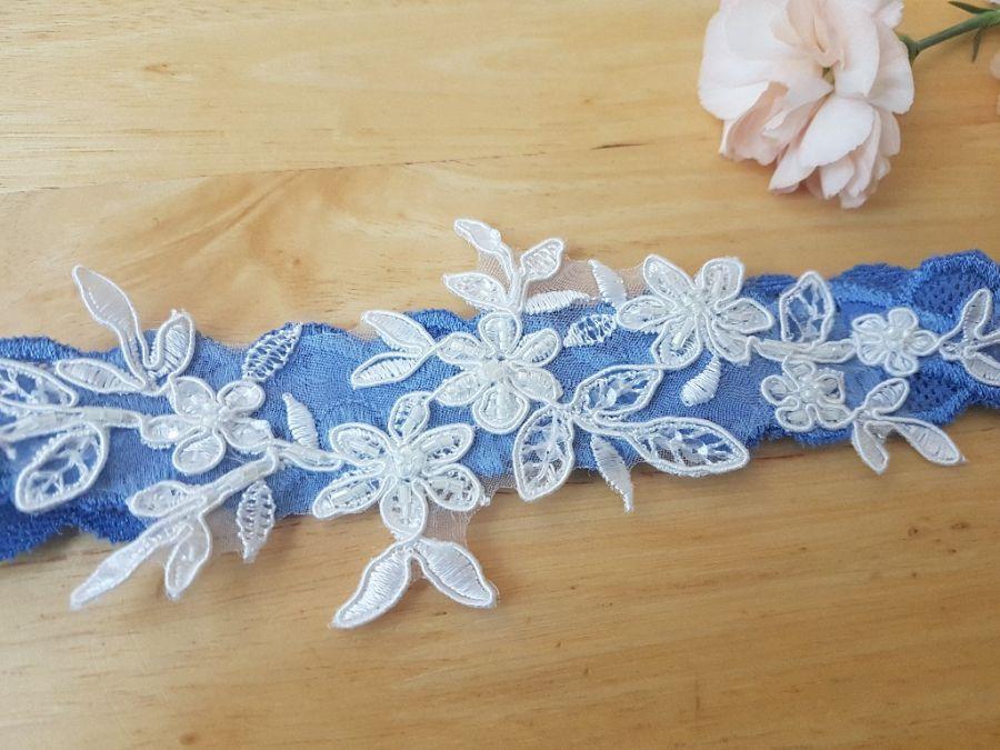 Koronkowa niebieska podwiązka ślubna