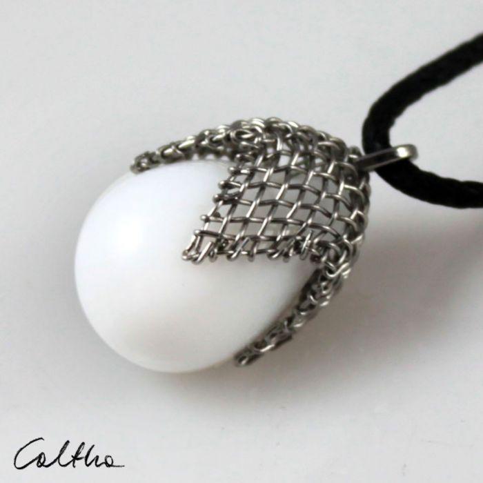 Biały w siateczce - wisior - Wisior łezka