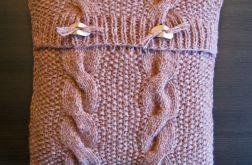 Poszewka beżowa robiona na drutach